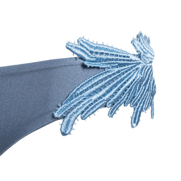 Costume azzurro con ricami a piuma                                                                                                                     CLARA AESTAS                                       CLARA AESTAS