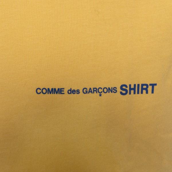 T-shirt giallo scuro con logo                                                                                                                          COMME DE GARCONS PLAY                              COMME DE GARCONS PLAY