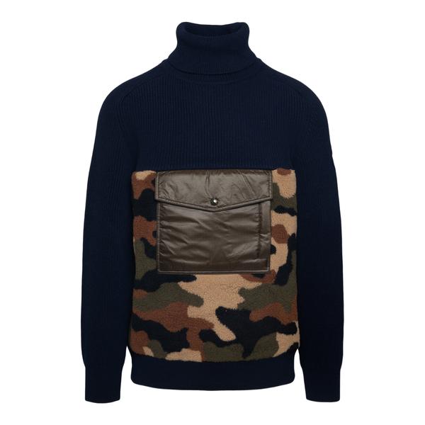 Maglione blu con patch camouflage                                                                                                                     Moncler 9C00021 retro