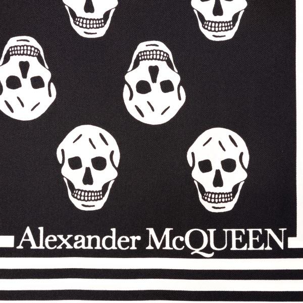 Foulard nero con stampa teschi                                                                                                                         ALEXANDER MCQUEEN                                  ALEXANDER MCQUEEN